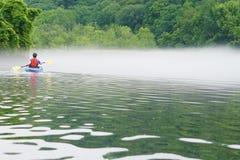 Femme dans le kayak photo stock