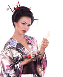 Femme dans le kimono japonais avec les baguettes et le petit pain de sushi Images libres de droits