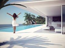 Femme dans le lieu de villégiature luxueux près de la piscine rendu 3d Photo stock