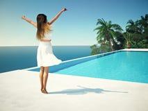 Femme dans le lieu de villégiature luxueux près de la piscine rendu 3d Image stock