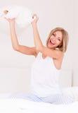 Femme dans le lit photos stock