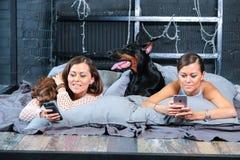 Femme dans le lit avec le grand chien Photos stock