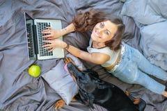 Femme dans le lit avec le grand chien Photo libre de droits