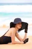 Femme dans le maillot de bain, le chapeau, et les gants noirs à l'être Photos libres de droits