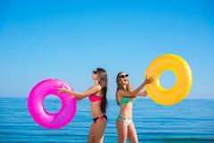 Femme dans le maillot de bain sur la plage Image stock