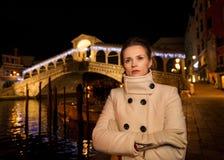 Femme dans le manteau blanc Rialto Temps de Noël à Venise, Italie Photos libres de droits