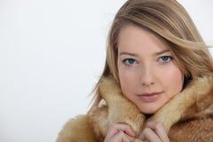 Femme dans le manteau de fourrure Photo stock