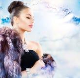 Femme dans le manteau de fourrure de luxe Images stock