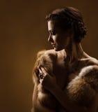 Femme dans le manteau de fourrure de luxe. Type de cru.   Photographie stock