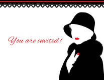 Femme dans le manteau de fourrure et l'invitation rouge de lèvres Images libres de droits