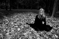Femme dans le manteau noir Photo stock