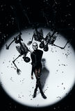 Femme dans le maquillage de crâne et des squelettes noirs Image stock