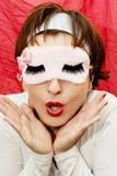 Femme dans le masque de sommeil avec un regard étonné Photographie stock libre de droits