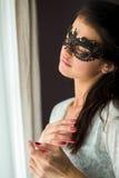 Femme dans le masque noir de dentelle Photographie stock