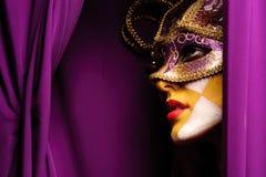 Femme dans le masque violet image stock