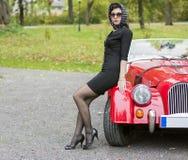 Femme dans le noir avec les verres foncés Photographie stock libre de droits