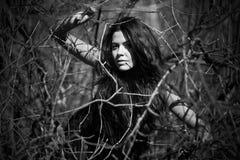 Femme dans le noir. Photo blanche noire Photos libres de droits