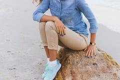 Femme dans le pantalon beige et une chemise de denim et des espadrilles de turquoise Photographie stock