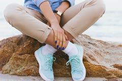 Femme dans le pantalon beige et une chemise de denim et des espadrilles de turquoise Photo stock