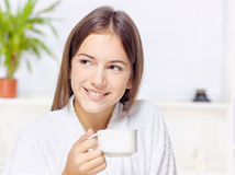 Femme dans le peignoir détendant à la maison Images stock