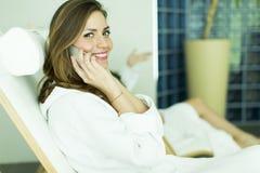 Femme dans le peignoir détendant dans la station thermale Photographie stock