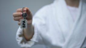 Femme dans le peignoir tenant les clés avec le mot de STATION THERMALE, services de récréation dans l'hôtel clips vidéos