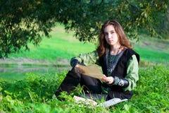 Femme dans le procès médiéval avec de vieux papiers photos stock