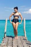 Femme dans le rétro maillot de bain posant sur la taupe Image stock