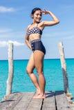 Femme dans le rétro salut de maillot de bain sur le pilier Photographie stock