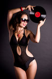 Femme dans le rétro type avec la plaque de vinyle Photos stock