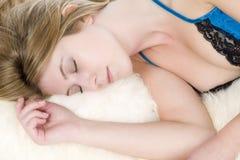 Femme dans le repos de robe de nuit Images stock