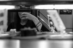 Femme dans le restaurant de sushi buvant du thé vert photographie stock