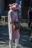 Femme dans le rose utilisant son smartphone, Dali Old Town, Chine photo stock