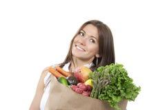 Femme dans le sac à provisions de supermarché d'épicerie Photos stock