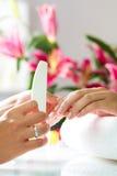 Femme dans le salon d'ongle recevant la manucure Photographie stock