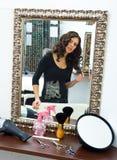 Femme dans le salon de cheveu photos stock