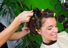 Femme dans le salon de cheveu image stock