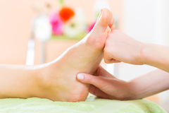 Femme dans le salon de clou recevant le massage de pied Image libre de droits
