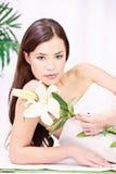 Femme dans le salon de wellnesss Photo stock