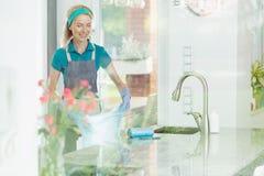 Femme dans le service de nettoyage de maison photos libres de droits