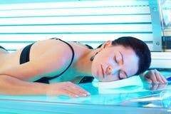 Femme dans le solarium Photographie stock libre de droits