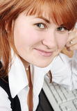 Femme dans le sourire de bureau Photo stock