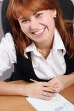 Femme dans le sourire de bureau Image libre de droits