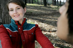 Femme dans le sourire en bois Photos libres de droits
