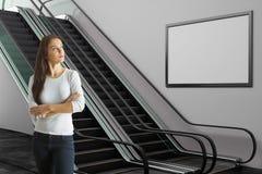 Femme dans le souterrain avec le panneau d'affichage Images libres de droits