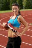 Femme dans le soutien-gorge de sports avec les chaussures de course attachées autour de son cou Images stock