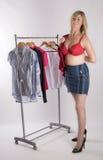 Femme dans le soutien-gorge rouge essayant sur des vêtements images libres de droits