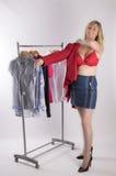 Femme dans le soutien-gorge rouge essayant sur des vêtements photos stock