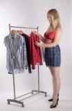 Femme dans le soutien-gorge rouge essayant sur des vêtements image libre de droits
