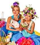 Femme dans le style de Pâques tenant des oeufs et des fleurs Images libres de droits